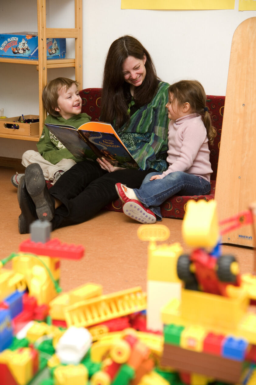 Child and Educator play in the Hoefchensweg Daycare